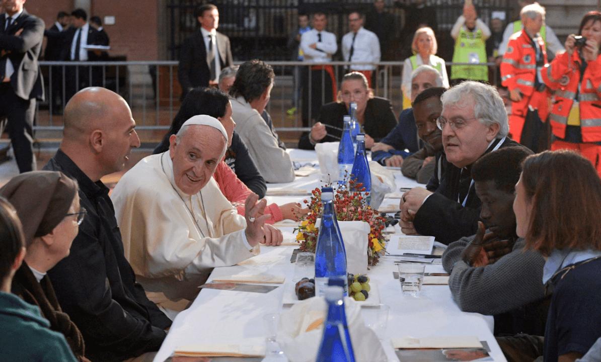 El papa durante su almuerzo con pobres y reclusos en Bolonia