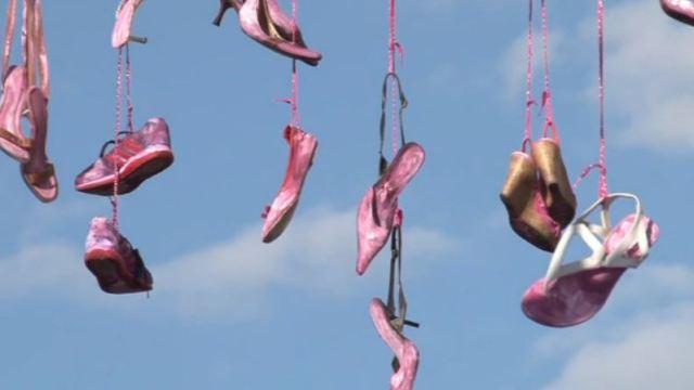 En Chihuahua cuelgan cien pares de zapatos rosas en rechazo al feminicidio