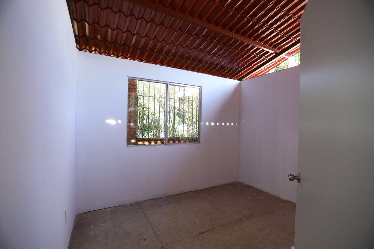 Entregan la primera cabaña antisismo en Santa Rosa Xochiac