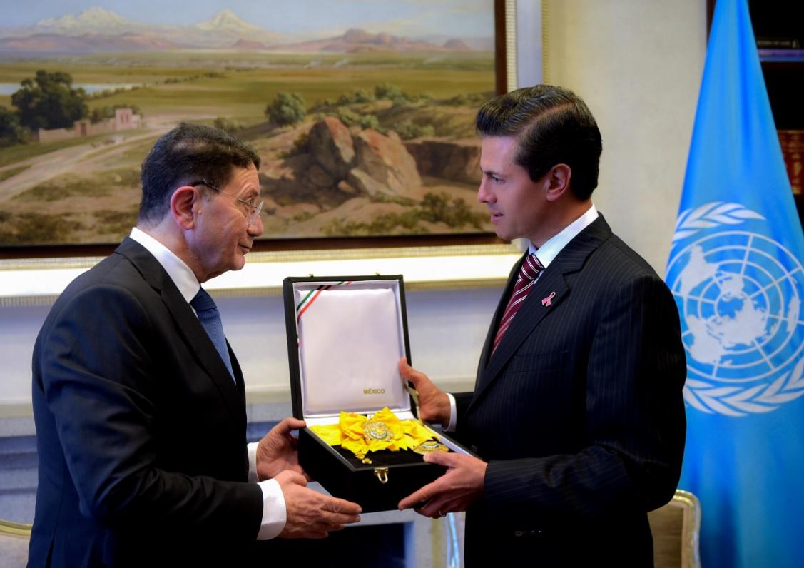 EPN condecora con Águila Azteca al secretario general de la OMT