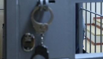 esposas dentro de una prision para un reo