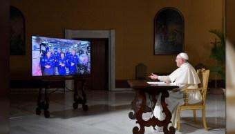 El papa Francisco habla con los miembros de la EEI