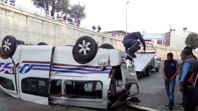 Cae unidad de transporte público desde puente en Apizaco, Tlaxcala; tres heridos