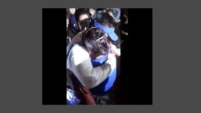 Integrante de la tripulación de la embarcación 'Miriam' abraza a su madre tras ser rescatado