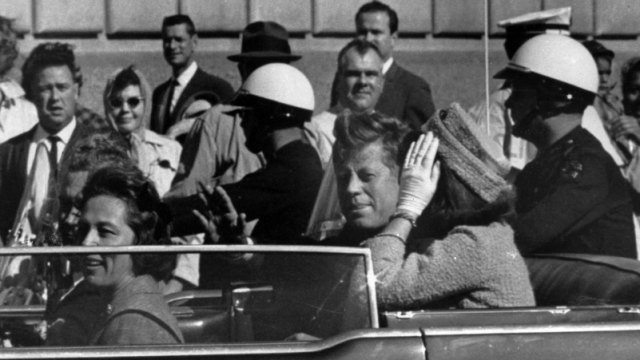 John F. Kennedy con su esposa Jackie en Dallas, en 1963