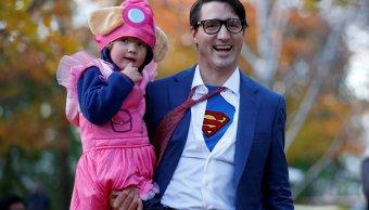 Justin Trudeau festeja Halloween disfrazado Superman