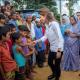 La reina Rania de Jordania saluda a un grupo de niños de la etnia rohinyá