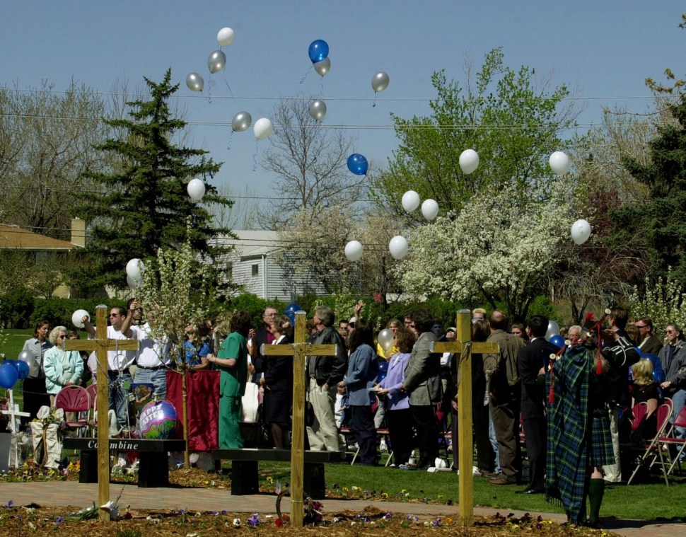 En la secundaria Columbine asesinaron a 13 personas