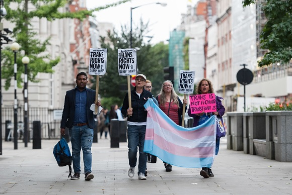 Corte bloquea política contra militares transgénero de Trump