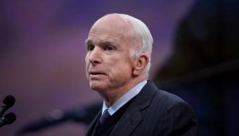 McCain critica veladamente a Trump por no ir a la guerra de Vietnam