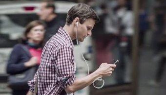 Multarán Hawaii quien cruce calle viendo celular