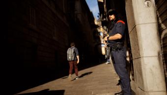 Policías catalanes vigilan las calles, luego de las medidas tomadas por el gobierno espanol