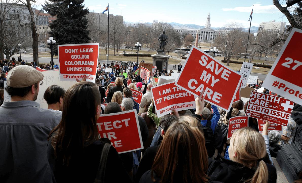 Protesta en Denver, EU, a favor del Obamacare