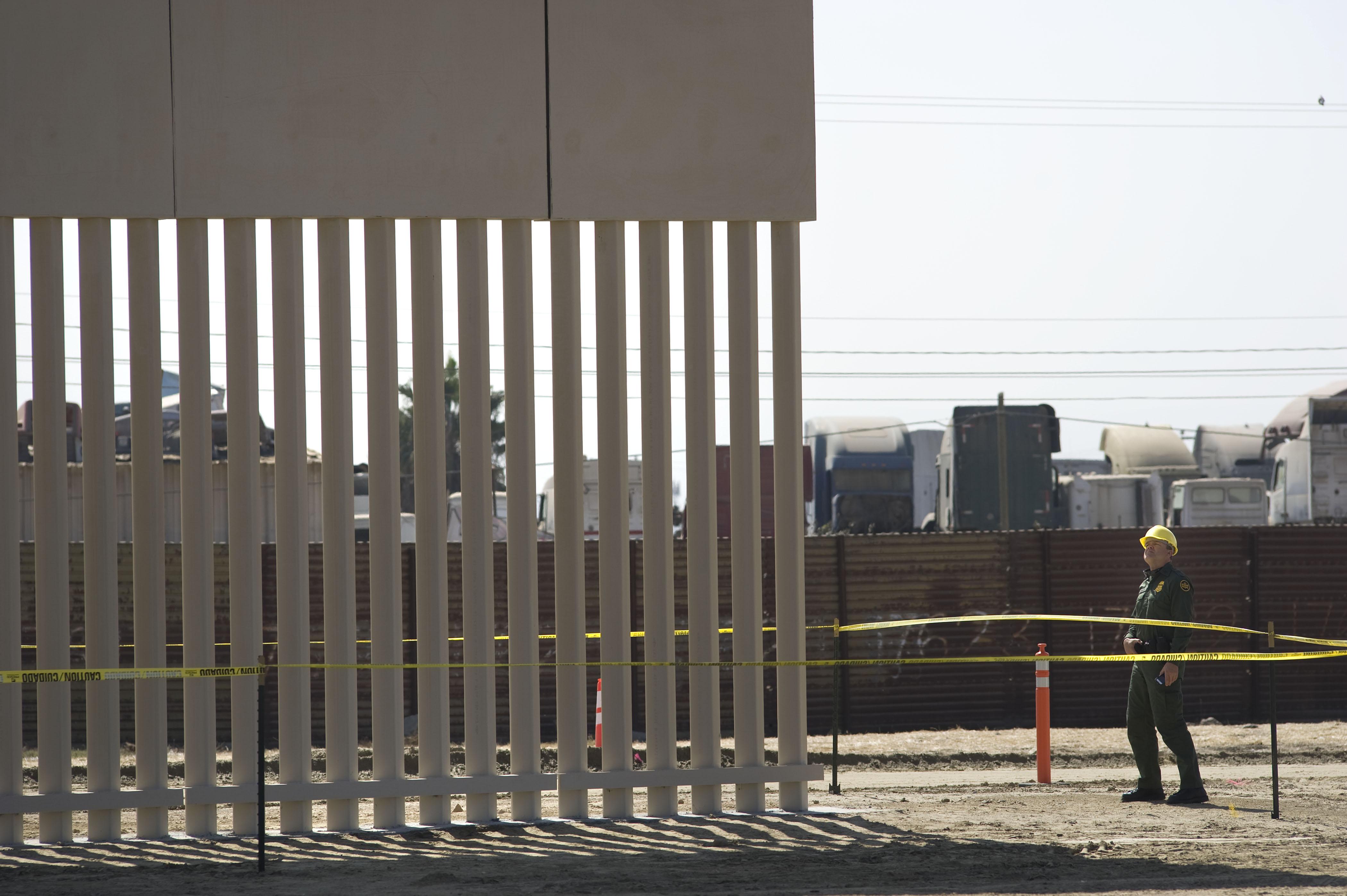 Avanza construcción de prototipos del muro fronterizo en California