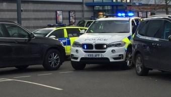 Hombre armado con una escopeta toma rehenes en Reino Unido
