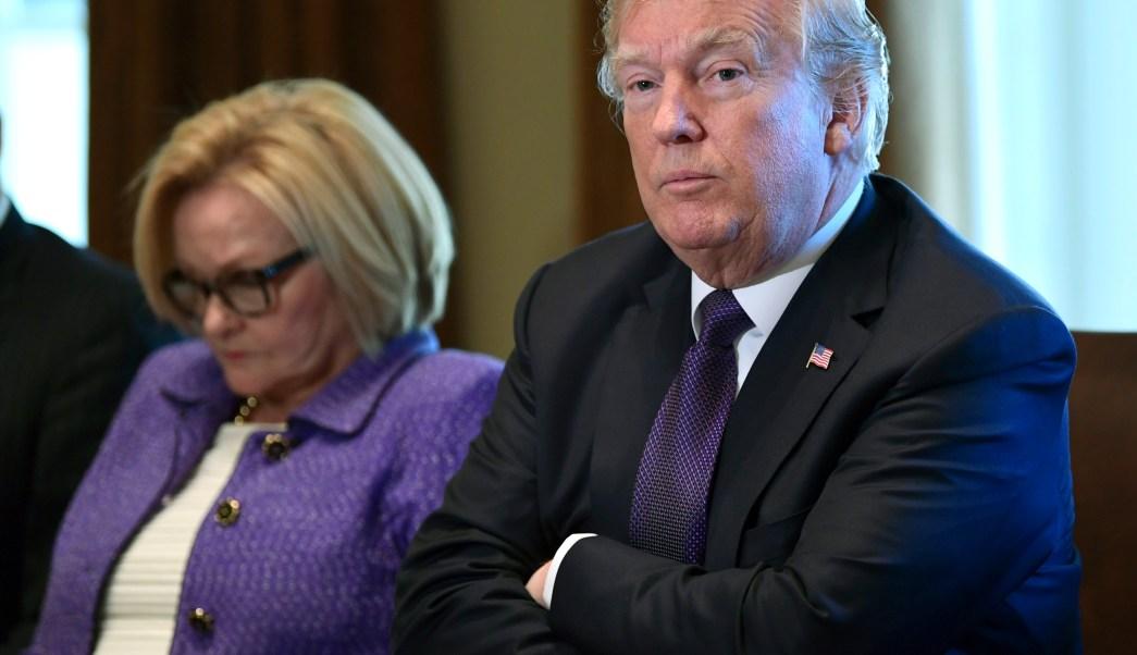 Senadores republicanos analizan una medida para aprobar reforma tributaria de Trump