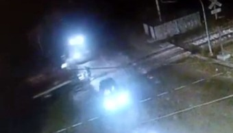 Taxi se descompone sobre vías del tren y mujer muere arrollada en Jalisco