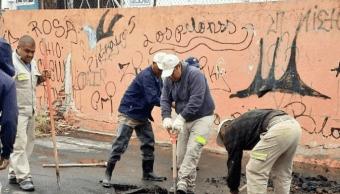 Trabajadores de la CDMX reparan fuga de agua en Iztapalapa