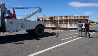 fuertes vientos provocan volcadura de trailer en oaxaca
