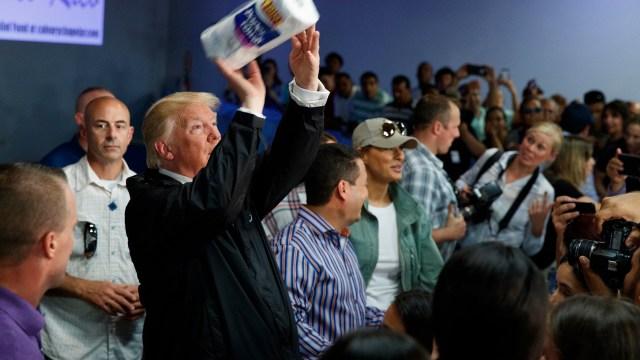 Trump lanza papel higiénico damnificados huracanes Puerto Rico