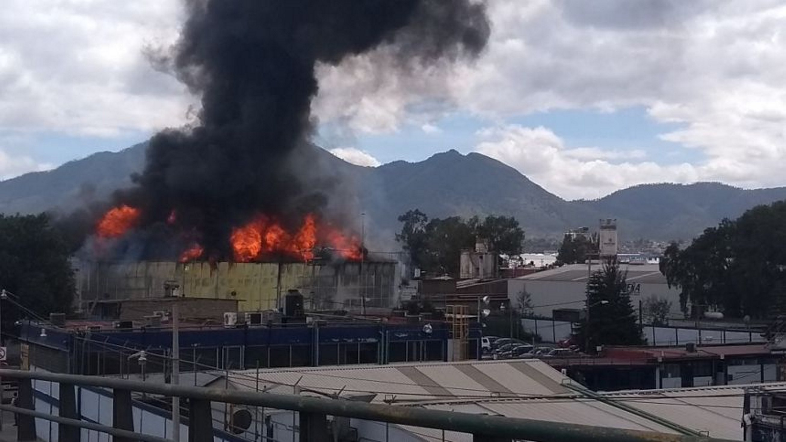 Incendio en Tutitlán deja un lesionado y 34 desalojados