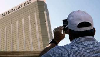 Turista fotografía ventana rota del hotel Mandalay Bay en Las Vegas