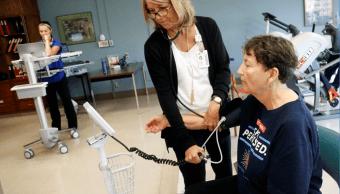 Una mujer recibe atención médica en un hospital de EU