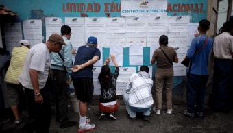 Venezolanos acudieron a los centros de votación durante la jornada del domingo