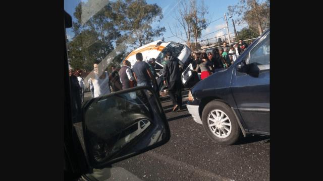Vuelca camioneta de transporte público en Estado de México; hay 17 heridos