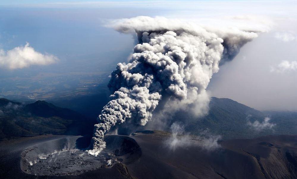 volcan hace erupcion arroja cenizas ciudades