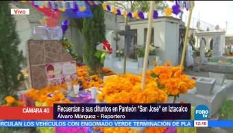 Cempasúchil adorna tumbas del panteón San José de Iztacalco, CDMX