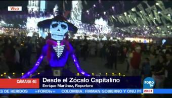Cientos visitan las ofrendas en el Zócalo de la CDMX