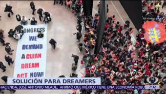 Marchan dreamers para exigir una ley que regularice su situación en EU