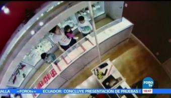 Mujer utiliza a su hijo para robar una joyería