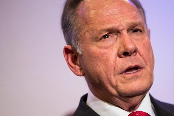 Republicano Roy Moore tenía prohibido acercarse a porristas, según agente