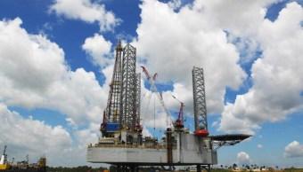 Alza en inventarios estadounidenses baja los precios del petróleo