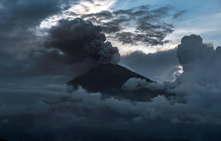 Bali eleva alerta de aviación al máximo ante erupción del volcán Agung