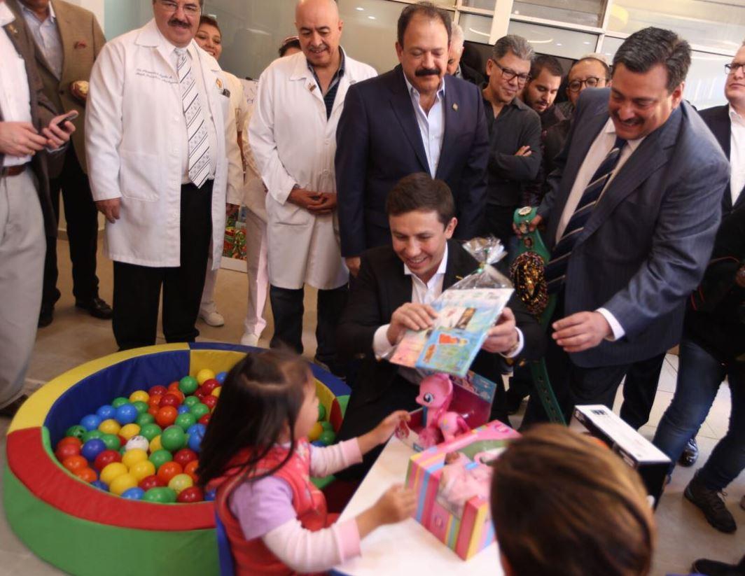 El boxeador entregó regalos a los niños del Hospital Pediátrico Moctezuma