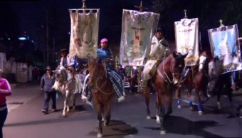 jinetes cabalgan rumbo a la basilica de guadalupe