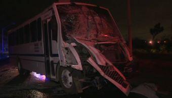 Caja de tráiler impacta autobús de trabajadores en Apodaca; hay 10 heridos