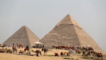 Camellos y caballos en espera de turistas en las pirámides de Egipto. (Reuters, archivo)