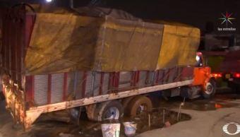 Camión torton cae a un socavón en la CDMX