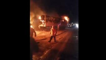 Corto circuito incendia y consume tráiler en Guadalajara