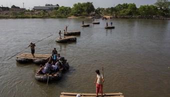 miles de migrantes cruzan un rio para llegar a tapachula