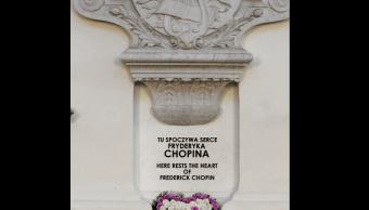 El corazón de Chopin se encuentra en un frasco con alcohol en una columna de la iglesia en Varsovia