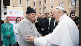 El papa Francisco saluda a un hombre en el centro de asistencia