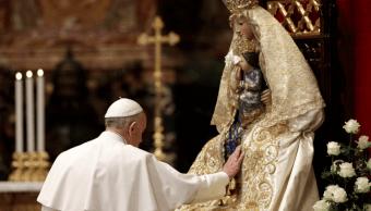 El papa reza ante una imagen de la Virgen María y el niño Jesús