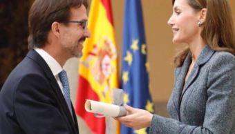Fernando Landeros, presidente de Fundación Teletón México, recibe el Premio Reina Letizia 2016 - 2017 (Twitter/@ChobiLanderos)