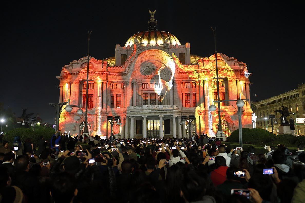 Capitalinos abarrotan Festival de las Luces en CDMX
