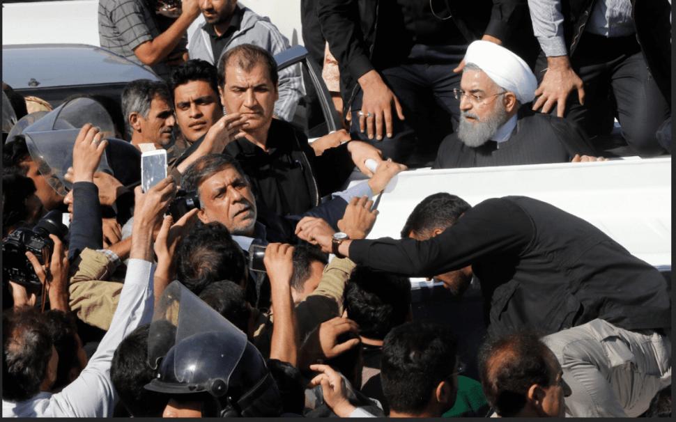 Hassan Rohani recorre desde un vehículo las zonas afectadas